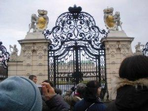 門の前のツアー御一行様