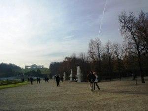 宮殿の庭と青空と飛行機雲と