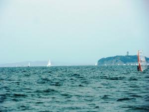 江の島と、ウィンドサーファーと……