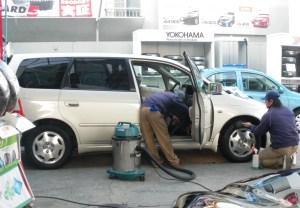 ガソリンスタンドのおにいさんたちが、丁寧に掃除をしてくれた。