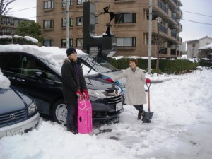 モトと夫を助手に雪かき。お疲れさん!