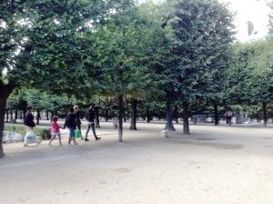 チュイルリー公園を通って……