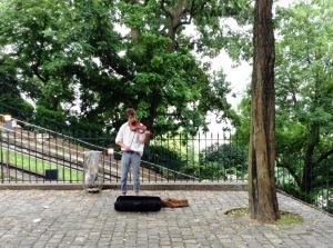 階段の途中のバイオリン弾き。