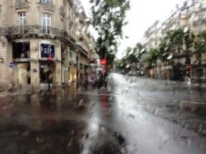 バスの窓の外は雨……